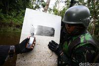 Tentera mengecek posisi tapal batas dengan GPS.