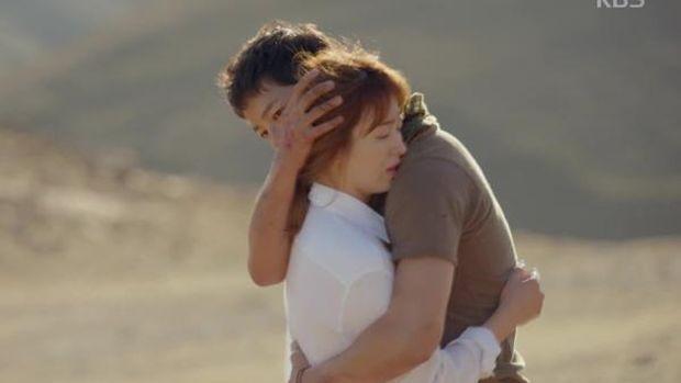 Song Joong Ki berpelukan dengan Song Hye Kyo di drama Descendants of The Sun