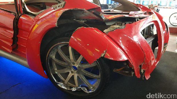 Bagian depan mobil Tucuxi ini ringsek parah (Budi Sugiharto/detikTravel)