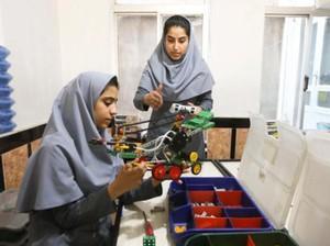 Ditolak Masuk ke Amerika, Hijabers Afghanistan Pembuat Robot Merasa Terhina
