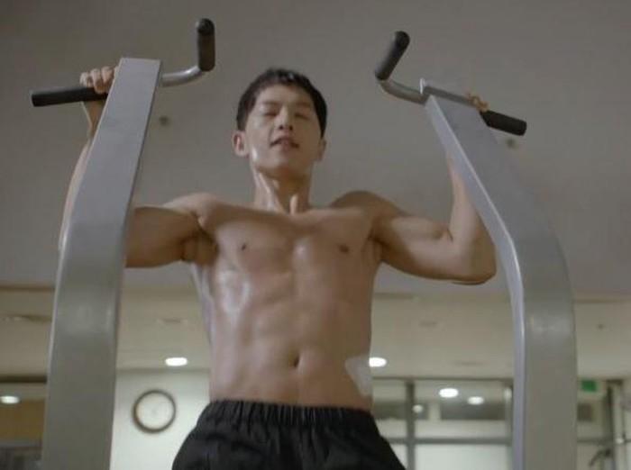 Aktor Song Joong Ki memiliki badan yang berotot dan kekar, layak dijadikan fitness goal. Sudah ganteng, suka olahraga pula. Kurang apa? Foto: KBS/Youtube