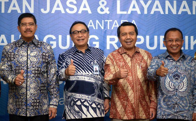 Hadir dalam acara tersebut Direktur Utama PT Bank Tabungan Negara (Persero) Tbk. Maryono, Ketua Mahkamah Agung Hatta Ali (kiri), Wakil Ketua Mahkamah Agung Bidang Yudisial Syarifudin (kedua kanan) dan Sekretaris Mahkamah Agung A.S Pudjoharsoyo (kanan). Foto: dok BTN