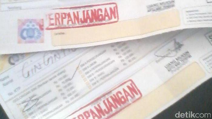 Sejumlah warga Bandung yang memperpanjang SIM hanya menerima tanda bukti sementara Surat Izin Mengemudi karena material pembuatan SIM habis.