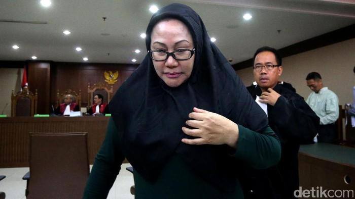 Ratu Atut Chosiyah terisak dalam sidang di Pengadilan Tipikor Jakarta. Ini foto-fotonya.