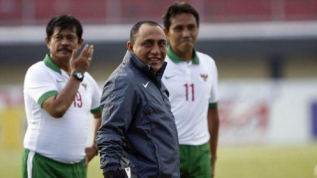 Edy Rahmayadi (tengah) menyayangkan kekalahan Timnas Indonesia U-19 dari Vietnam.