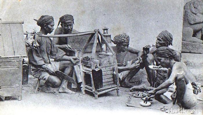 Pedagang kaki lima menjadi sumber perekonomian rakyat sejak di zaman penjajahan Belanda. Mulai dari pedagang makanan hingga Sol Sepatu. Begini potretnya.