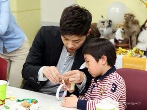 Korea Foundation for Children with Leukemia di tahun 2016 melaporkan bahwa Song Joong Ki telah rutin mendonasikan penghasilannya untuk yayasan tersebut sejak tahun 2011. Foto: internet