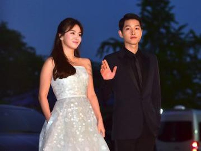 South Korean actor Song Song Joong-Ki (R) and actress Song Hye-Kyo walk on the red carpet of the 52nd annual BaekSang Art Awards in Seoul on June 3, 2016. / AFP PHOTO / JUNG YEON-JE