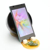 Sanggahan smartphone dengan tumpahan miso.