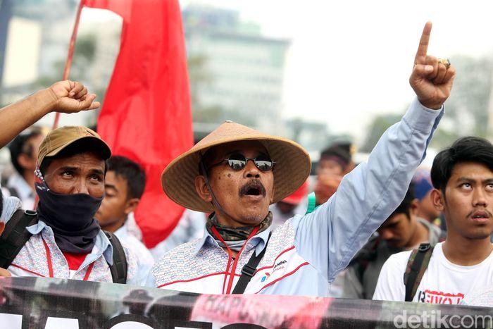 Ratusan sopir tangki BBM anak usaha Pertamina kembali melakukan demonstrasi di depan Kementerian Ketenagakerjaan (Kemnaker), Jakarta Selatan, Kamis (07/07/2017).
