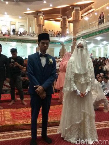 Foto Anggunnya Istri Muzammil Hasballah Pakai Cadar Saat Menikah