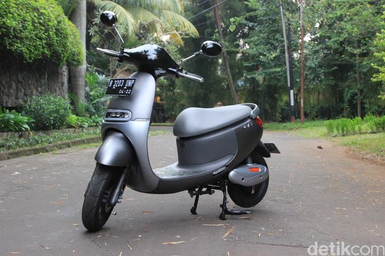 Masyarakat Indonesia yang berada di kota-kota besar sudah mulai kepincut dengan adanya motor listrik. Foto: M luthfi Andika