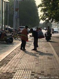 Mengharukan! Petugas Kebersihan Jalan Ini Berbagi Sarapannya dengan Pemulung Tuna Netra