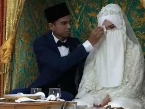 Momen Malu-malu Saat Muzammil Usap Kening Istri