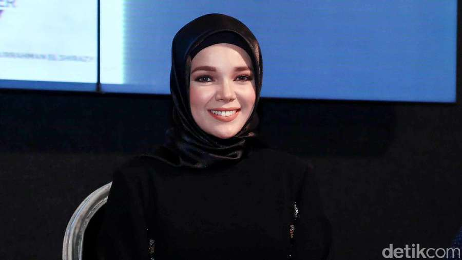 Senyum Manis Dewi Sandra Bikin Adem