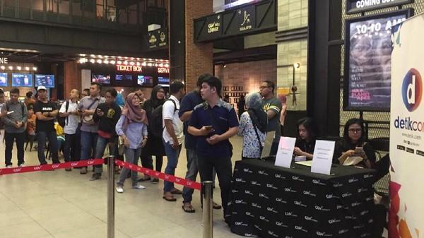 Penonton Mengular di DHot Movie Night with OPPO Surabaya