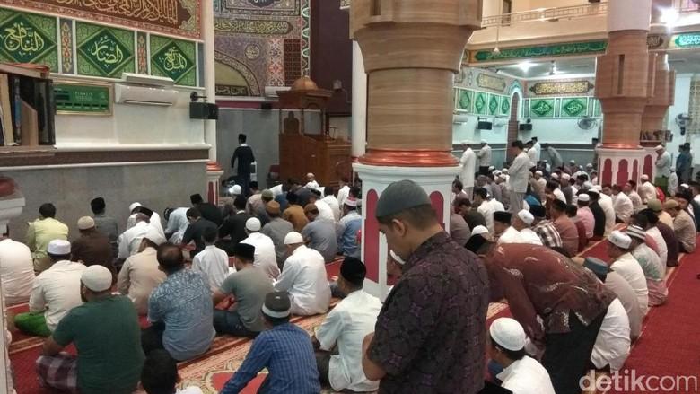 Muzammil Hasballah Imami Salat Subuh sebelum Akad Nikah