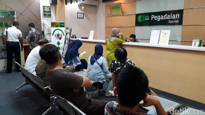Usai libur Lebaran kantor Pegadaian didatangi nasabah. Salah satunya di Kantor Pusat Pegadaian, Kramat, Jakarta