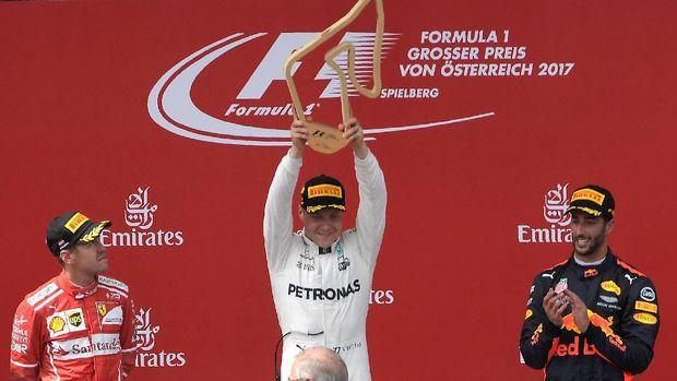 Valteri Bottas (tengah) menganggap Mercedes tidak diuntungkan dalam balapan GP Singapura.