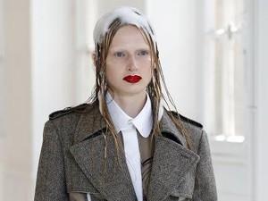 Para Model Tampil dengan Busa Sampo di Kepala Saat Fashion Show Paris