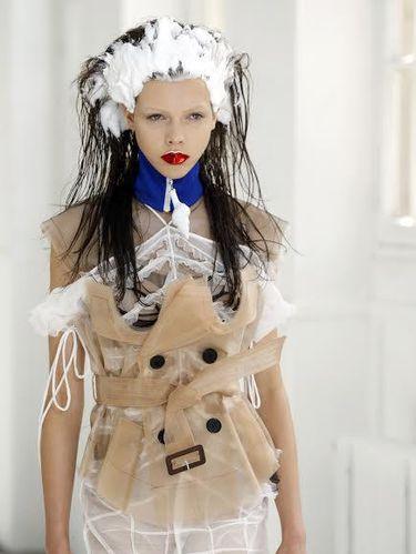 Para Model Tampil dengan Busa Sampo di Kepala di Fashion Show Paris