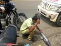 Cara Polisi India Musnahkan Knalpot Bising: Nyamar Jadi Pengemis