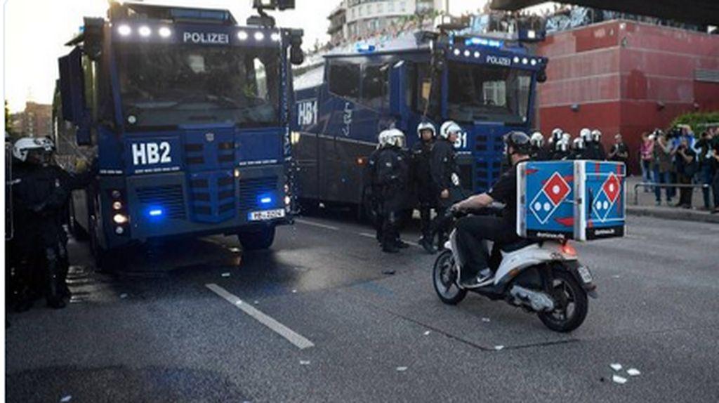 Cuek Terobos Demo di KTT G20, Pengantar Pizza Dielu-elukan