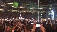 Suasana konser Coldplay saat Rob diajak 'manggung'