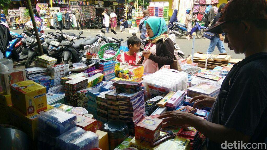 Orang Tua Serbu Lapak Perlengkapan Sekolah di Pasar Asemka