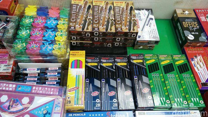 Di pasar Asemka jual alat tulis asal China dengan harga murah.