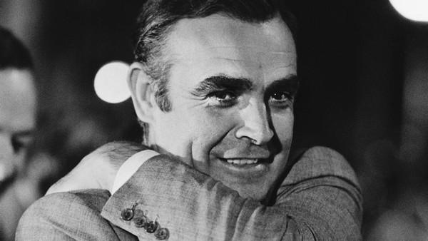 Diketahui, Sean Connery pertama kali memerankan karakter sensasional tersebut dalam seri pertamanya yang berjudul Dr No tahun 1962. Namanya juga kembali dipercaya untuk memerani sang James Bond dalam empat film lanjutannya (Jack Kay/Daily Express/Getty Images)
