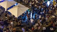 Selain itu, Ibiza juga dikenal akan kehidupan malamnya. Dunia gemerlap malam nan glamor menjadikan Ibiza sebagai tempat liburan favoritnya selebriti dunia. Sebut saja Kim Kardashian hingga Paris Hilton dan lainnya, semua gemar berpesta di Ibiza (David Ramos/Getty Images)