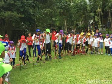 Anak-anak semangat banget nih Bun nyoba main egrang. (Foto: Dian/HaiBunda)