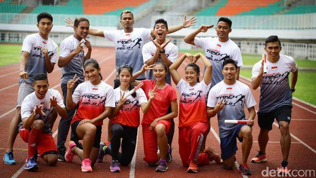 Fadlin (paling kanan) bersama atlet pelatnas atletik