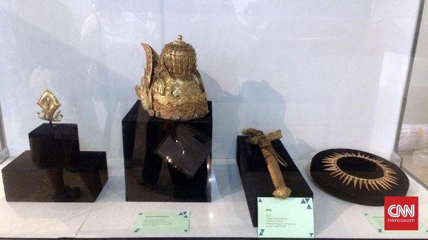 Ketika sudah sampai di tujuan, barang artefak perlu diperlakukan penuh perhatian saat akan dipamerkan.