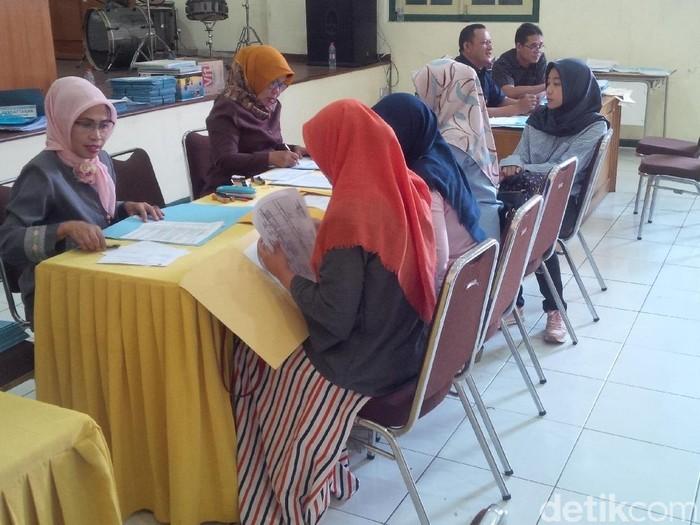 Ilustrasi orang tua daftar PPDB di Bandung. (Foto: Mukhlis Dinillah/detikcom)