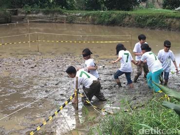Biar kotor, anak-anak antusias banget main di lumpur. (Foto: Dian/HaiBunda)