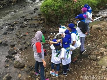 Anak-anak ini serius banget memperhatikan bagaimana kincir air bisa jadi Pembangkit Listrik Tenaga Air (PLTA) hingga bisa menyalakan lampu. (Foto: Dian/HaiBunda)