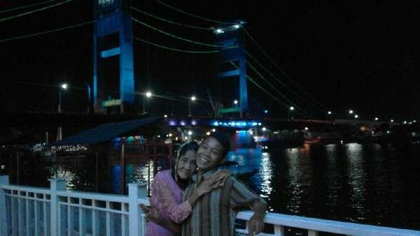 Jembatan Ampera, Spot Bulan Madu ABG Selamet & Nenek Rohaya
