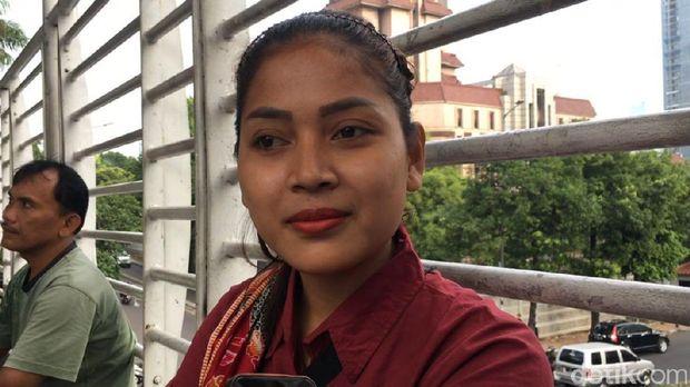 Teh Ninih berjualan getuk di JPO halte busway GOR Sumantri, Jl HR Rasuna Said, Jaksel