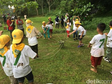 Kekompakan anak-anak ini diuji dengan permainan angkat ember pakai tali nih Bun. (Foto: Dian/HaiBunda)
