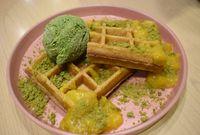 Waffle dengan paduan mangga dan matcha.