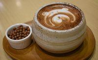 Minuman cokelat hangat berbentuk beruang yang lucu di Kakolait.