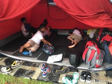 Terlebih, di tenda mereka akan tidur sama teman yang baru mereka kenal lho. Seru ya. (Foto: Dian/HaiBunda)