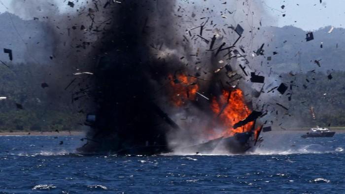 TNI AL dari KRI  Sutedi Senoputra mengamankan 3 kapal asing berbendera Vietnam di Perairan Natuna, Jumat 242015.  Ketiga kapal tersebut adalah KM. BD 95807 TS, KM. BD 95161 TS dan KM. BD 96922 TS dengan jumlah anak buah kapal yang ditangkap sebanyak 35 or