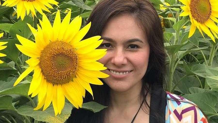 Kilauan Wulan Guritno di Antara Bunga Matahari