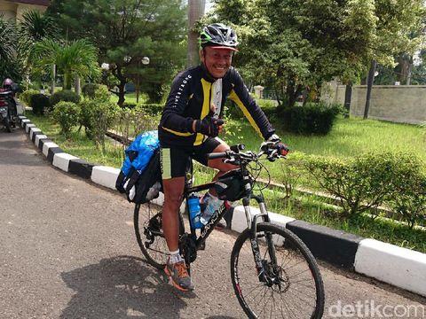 Dengan menggowes sepeda kita juga dapat menempuh jarak lebih jauh dibanding berlari.