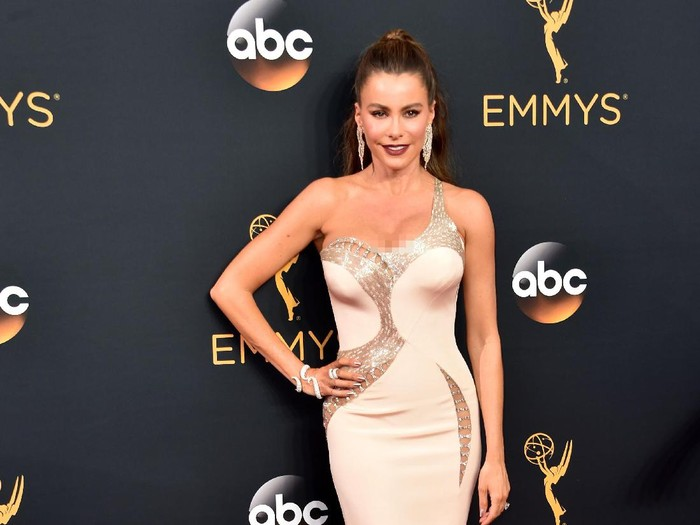 LOS ANGELES, CA - SEPTEMBER 18:  Actress Sofia Vergara attends the 68th Annual Primetime Emmy Awards at Microsoft Theater on September 18, 2016 in Los Angeles, California.  (Photo by Alberto E. Rodriguez/Getty Images)
