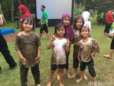 Tuh Bun, meski udah kotor anak-anak ini tetap percaya diri dan gembira. (Foto: Dian/HaiBunda)