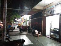 Pertokoan di sepanjang Jalan Perdagangan saat malam (Bonauli/detikTravel)